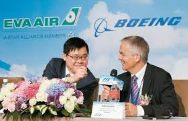 EVA Air chairman K.W. Chang (left) and Boeing senior deputy president John Wojick at the press conference to sign the agreement for five new Boeing 777-400F freighters. (photo courtesy of UDN.com)
