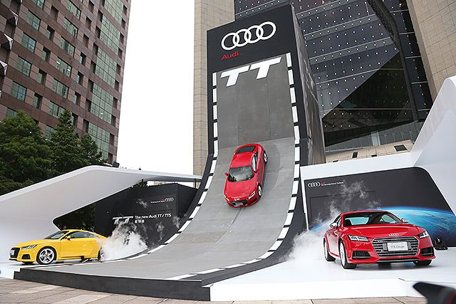 To highlight it brand image in the performance-car segment, Audi Taiwan set up an eye-catching ski-slope-like  stage in downtown Taipei to promote the latest Audi TT/TTS coupes. (photo from U-Car News)