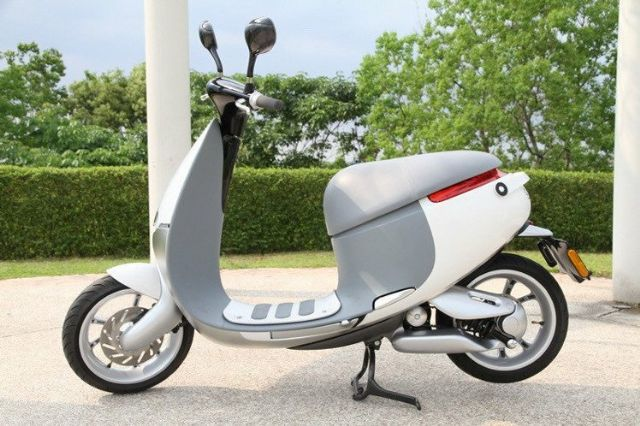 A total of 433 Gogoro Smartscooters, said to be the world's first high-performance, battery swappable, smart electric vehicle, were licensed in August in Taiwan to command a 55% share of the domestic e-scooter market in the month. (photo from UDN)