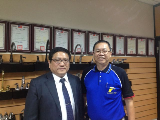 Y.D. Wu (right), PAT chairman, and CENS's general manager Tommy Ni.