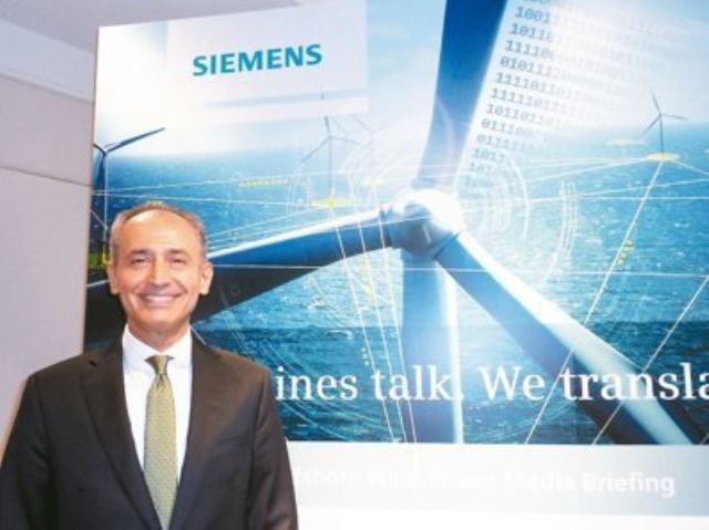 Erdal Elver, president and CEO of Siemens Taiwan, introduces the company's wind turbine product. (photo from UDN)