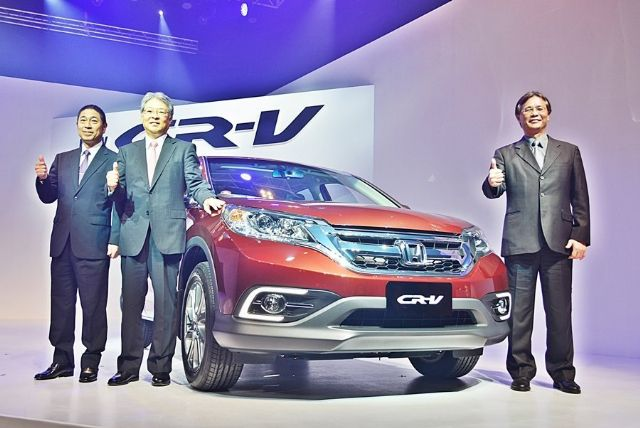 Hisao Kobayashi (second from left), president of Honda Taiwan, introduces the Honda CR-V, the best-selling locally-assembled SUV in Taiwan for many years. (photo from UDN)