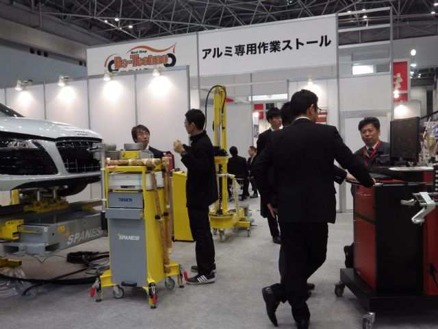 Auto maintenance and repair equipment capture ample interest at IAAE 2015 (photo courtesy of show organizer).