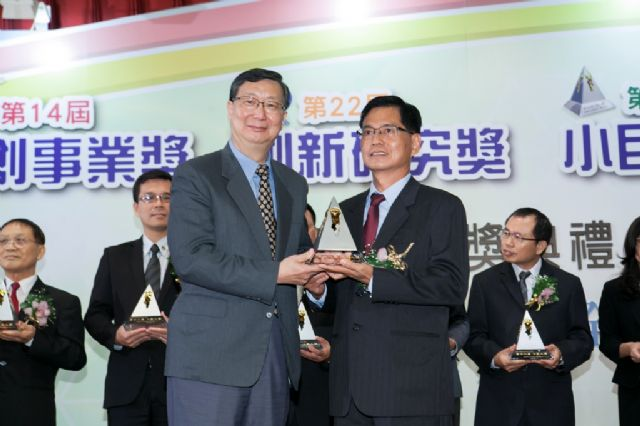 William Tools accepts the Rising Star Award from Taiwan's Ministry of Economic Affairs.