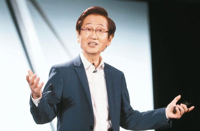 Asus chairman Jonney Shih says his company aims to sell 22 million PCs and 30 million cellphones in 2016. (photo from UDN)