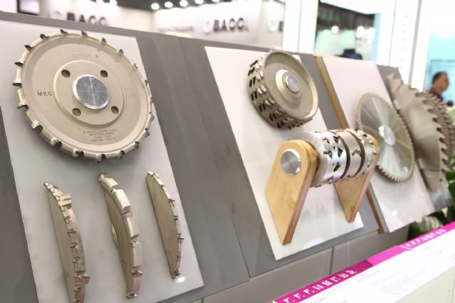 The show presents a broad spectrum of exhibits for furniture production and woodworking.