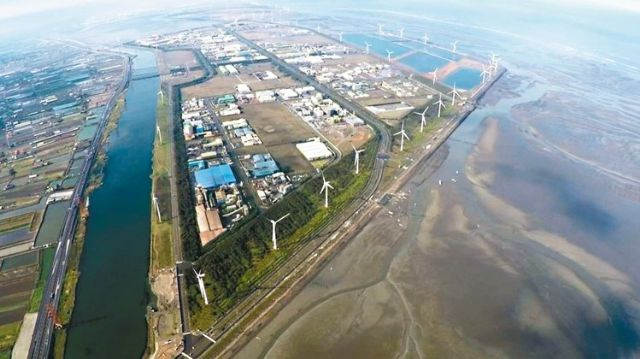 Bird's-eye view over wind turbines installed in the Changhua costal area, central Taiwan. (photo from UDN)
