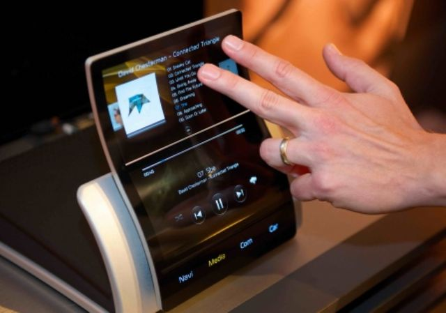 Increasingly more vehicular infotainment systems will adopt curved displays to be compatible with stylish interior designs. (photo from Internet)