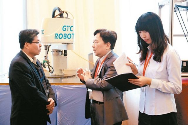 GTC's president E.D. Wang (center) was introducing GTC-branded reducers to customers (photo courtesy of UDN.com).