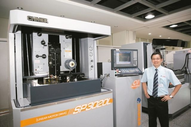 Ching Hung's president C.H. Wang introduces SP3020L Ultra-Precision Oil Wire Cut EDM (photo courtesy of Ching Hung).