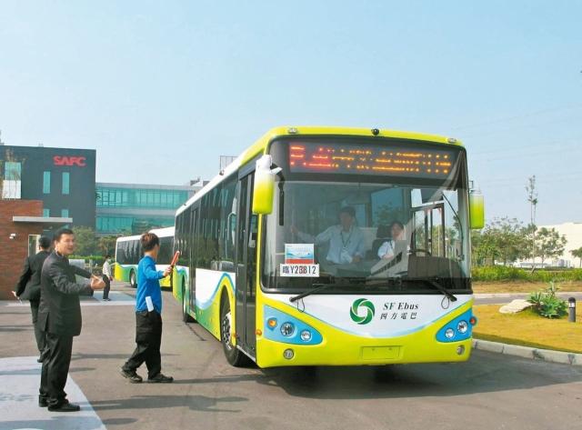 工業局輔導唐榮車輛公司生產電動巴士,首批電動巴士陸續上路。 記者林保光/攝影