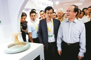 大陸文化部副部長丁偉(右一)昨天在文博會上參觀台灣工藝品。 特派記者郭玫君/攝影