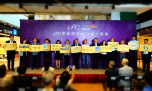 iFG远雄广场总经理詹永进(左七)与诗肯柚木等13个国际知名连锁家具品牌代表合影。 康堃皇/摄影