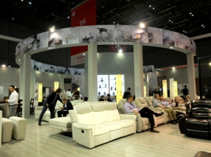 台湾家具行销公司来思达国际集团(8066)参加上海国际家具展,推出百余款家具,吸引海外买家数百人,订单业绩高达2亿元。照片/业者提供。