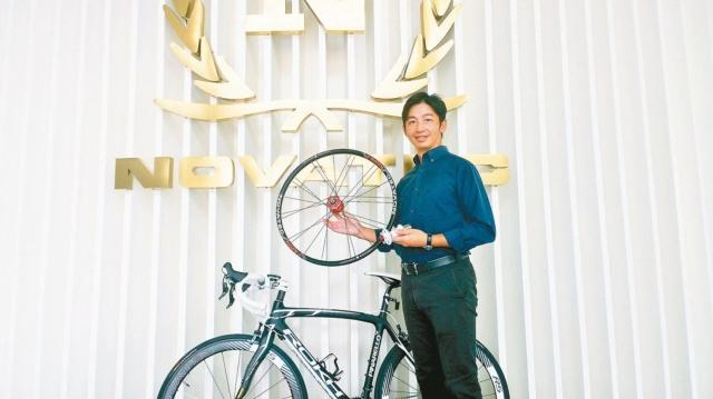 久裕興業科技股份有限公司執行長陳世偉手裡拿著自家產品花鼓與輪組。 特派記者林宸誼/攝影