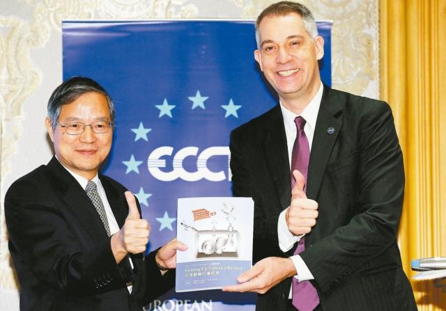 歐洲商會理事長白邦德(右)在昨天的午餐會中將2017年建議書遞交給國發會主委陳添枝(左)。 記者林俊良/攝影