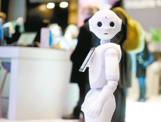 機器人時代來臨,由鴻海(2317)與日本軟銀合作開發的Pepper機器人預計下周一正式登台。 聯合報系資料照