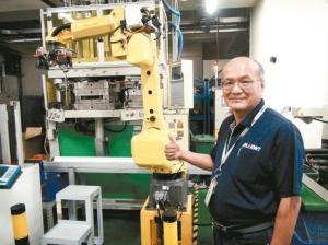 台萬工業公司董事長白政忠從日本引進黃色手臂機器人,去年更斥資上千萬元建置自行車第一條智動化踏板組裝線,年營業額達10億台幣。 記者余采瀅/攝影