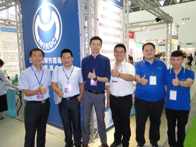 金屬中心育成中心經理林克青(左)邀集所輔導的7家醫材廠商,共有參與在高雄展覽館的「2016亞洲樂齡智慧生活展」。 黃逢森/攝影