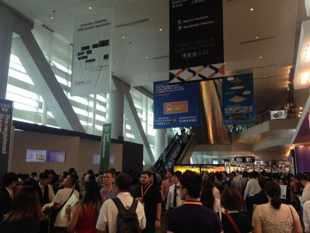 A large number of trade visitors flocked into Hong Kong Convention and Exhibition Centre on the first day of HKTDC Hong Kong International Lighting Fair Autumn Edition 2016.