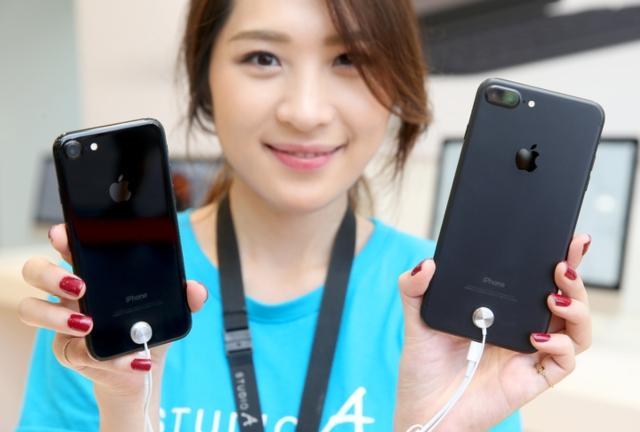 蘋果最新手機iPhone7昨天在台開賣,此次推出的曜石黑(左)顏色是最新亮點,iPhone 7 Plus(右)搭載的雙鏡頭更是吸引民眾目光。記者余承翰/攝影