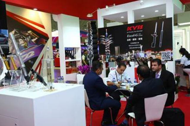 Buyers were negotiating with auto parts exhibitors (photo courtesy of TAITRA).