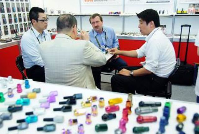 Auto parts representatives and buyers were in conversation at TAIPEI AMPA 2016 (photo courtesy of TAITRA).