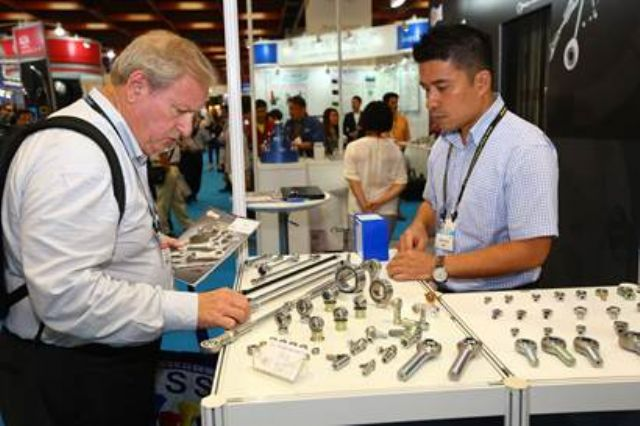 A foreign buyer was seeking more details on a parts company at the show (photo courtesy of TAITRA).