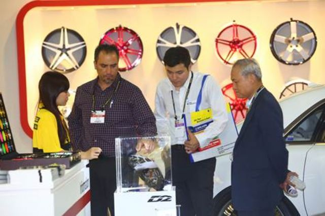 Foreign buyers were learning about products at the show (photo courtesy of TAITRA).