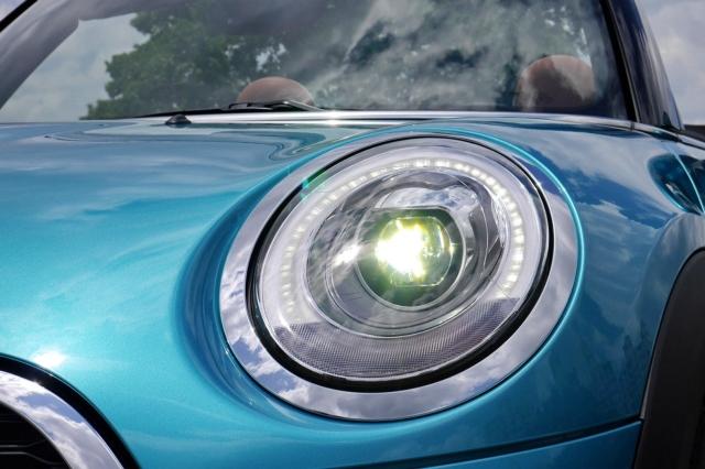 經典圓形頭燈導入科技化LED燈組。 記者陳威任/攝影