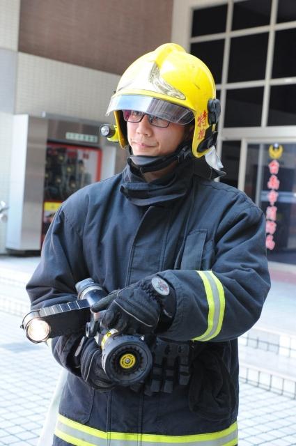 利用工研院「流體驅動緊急照明技術」所開發的消防瞄子燈,亮度可達25,000燭光以上,是一般消防頭燈的10倍、胸燈的五倍以上,且重量僅有800公克。工研院/提供