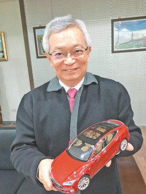 和大董事長沈國榮展示特斯拉送他的Model S P85電動車模型。