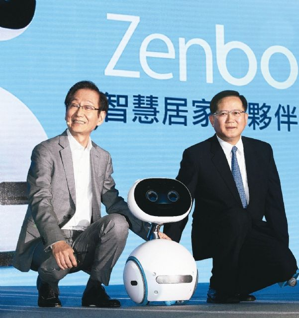 Asustek's chairman Jonney Shih (left) presided over the presentation for Zenbo on December 21, 2016 (photo courtesy of UDN.com)