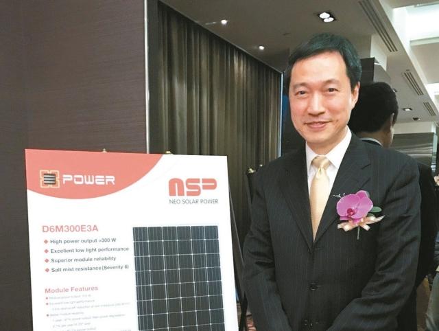 新日光總經理沈維鈞強調,明年重心將提升高效產品及擴大太陽能電廠投資。 記者簡永祥/攝影