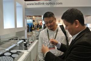 图为雷笛克董事长唐德龙(右)在台湾国际照明科技展现场为客户解说。 联合报系资料照片