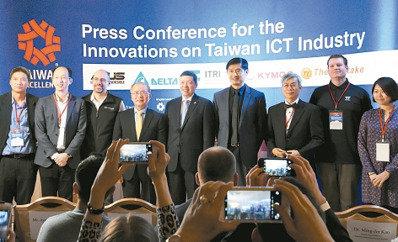 外貿協會副秘書長葉明水(中)表示,在今年美國消費電子展(CES)中,台灣企業大秀物聯網科技,吸引國際大廠詢問。 貿協/提供
