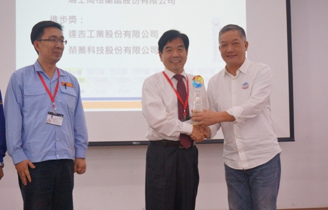 瑞士商格蘭台灣分公司總經理邊士杰博士(中)接受M-Team聯盟會長胡偉華頒贈「卓越協力廠」獎項。