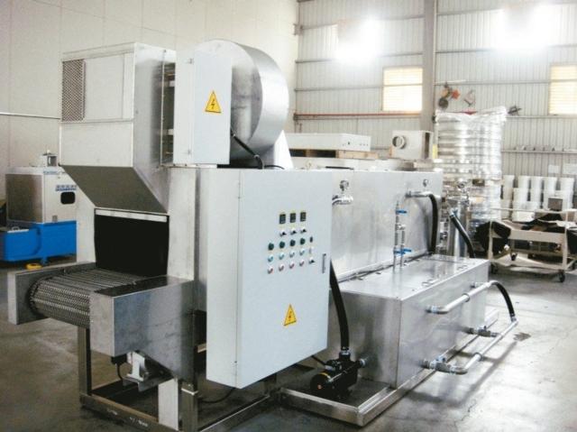 寬揚推出適大批零件洗淨用的通過式自動零件洗淨機。 寬揚公司/提供