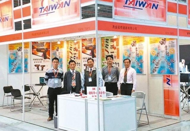 川武總經理林滄海(左二)到國外展覽,推廣專利的12角扳手孔螺絲套筒。 川武/提供