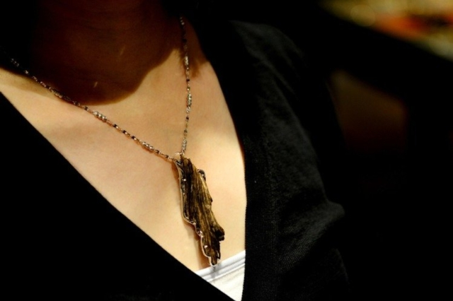 富山香堂將沉香與珠寶飾品做結合,開發出耳環、項鍊等上百種沉香文創商品。 富山/提供