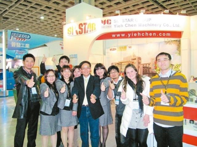 六星集團董事長特助黃呈豐(左)、羿晨機械總經理黃進霖(中)與行銷團隊。 六星集團/提供