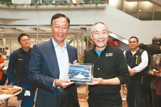 鴻海董事長郭台銘(左)與華大基因董事長汪建(右)。 華大基因/提供