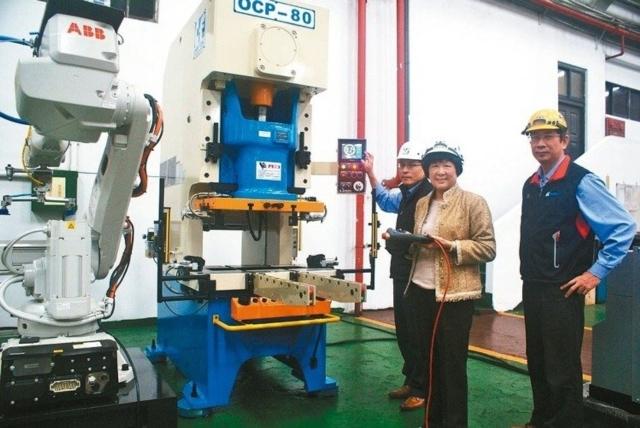 涂美華(中)說:金豐「智慧成型、鍛造未來」展覽,是台灣史上最完整、最大的沖鍛壓設備群動態展。 吳青常/攝影