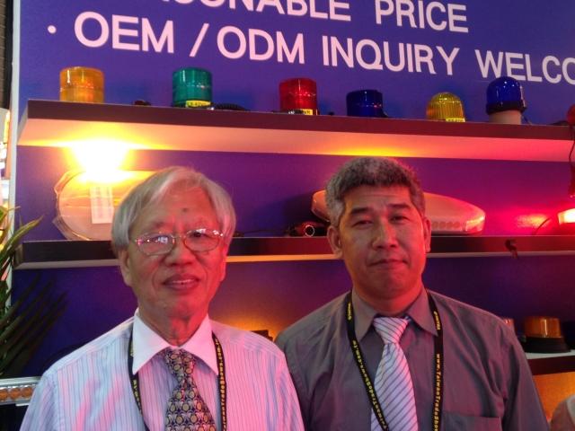 威菖董事長江文鏘(左)及技術部經理江天文特別在開展首日上午接受專訪。