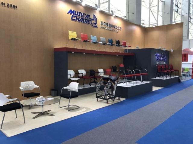 歐森橋公司參加國際性辦公家具展,行銷具設計美感、富有人體工學之堆垛椅產品。 圖/歐森橋提供