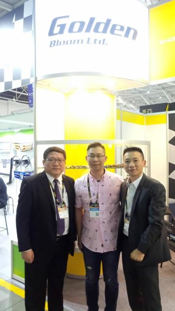 精晨工業業務經理楊佳訓(中)與經濟日報工服部副總經理倪榮松(左)合影。