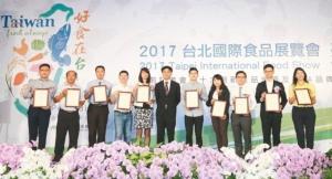 農委會副主任委員陳吉仲(中)與今年十大創新產品得主合影,所有得獎產品將在台北國際食品展「台灣館」展示。 李炎奇/ 攝影