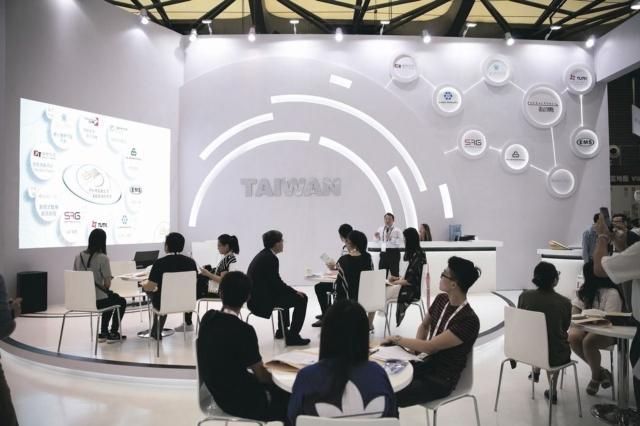 上海MWC台灣館記者會,引起媒體爭相詢問。 蔡尚勳/攝影