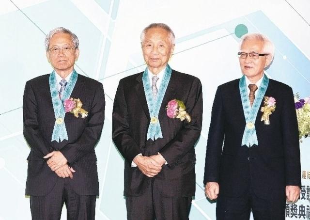 工研院三位新科院士史欽泰(左起)、高英士與盧明光獲頒院士獎章與證書。 記者蘇健忠/攝影