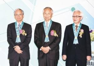 工研院三位新科院士史钦泰(左起)、高英士与卢明光获颁院士奖章与证书。 记者苏健忠/摄影